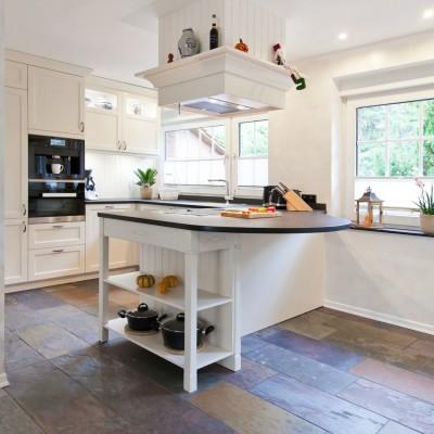 Küche Mit Kochinsel Landhaus Beeindruckend On Andere In Bezug Auf Helle Klassische Landhausküche Und Verkleideter 5