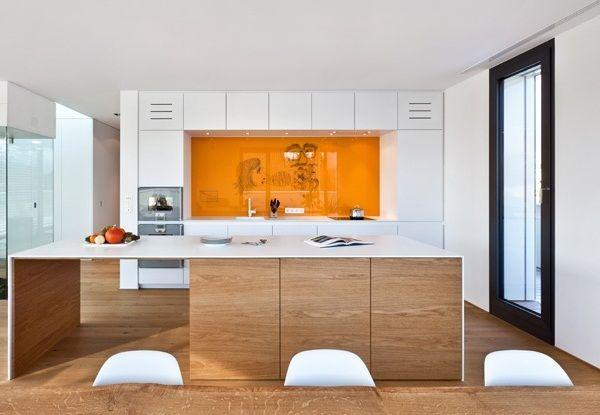 Moderne Wohnküche Weiss Mit Holz Beeindruckend On Modern Küche Weiß Kochinsel Orange Glas Spritzschutz 8
