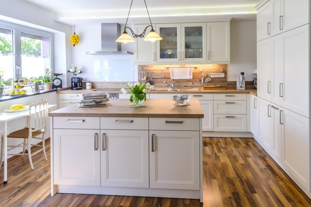 Küchen Weiss Landhausstil Modern Kreativ On Beabsichtigt Kuchen Für Auf Kuche Mit Kochinsel 8