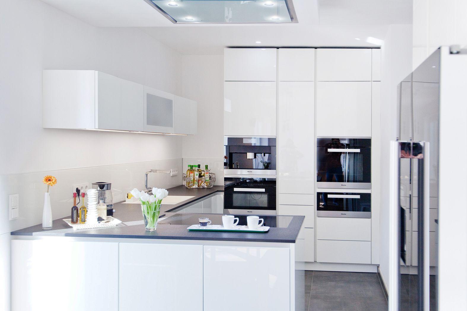 Küche Weiß Hochglanz Charmant On Andere In Bezug Auf Weiße Design Grifflos Mit Großer Kühl 1
